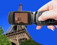 Det blir billigere å ringe og sende tekstmeldinger for folk på reisefot i EU/EØS-området. Endringene gjelder fra 1. juli. Å surfe mobilt, vil fremdeles svi i lommeboka.