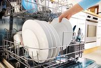 Festen er over. Hauger av skitne tallerkener, glass og bestikk skal vaskes. Vi har testet om 11 oppvaskmaskiner klarer brasene. De tyske oppvaskhjelperne overrasker.