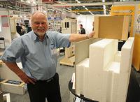 Daglig leder Frank A. Åser i Nordic Isoelementer AS viser fram en variant av ringmursystemet som kan tilpasses passivhus.  Foto: Byggeindustrien