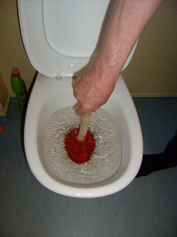 Når toalettet er tett er gode råd dyre, men i denne artikkelen skal du få noen gratis tips fra rørspesialistene. Før du prøver noen selv, les disse tipsene.