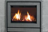 Hvis skorsteinen er helt kald må man først få litt varm luft i den for å få den til å begynne å trekke. Normalt vil det være nok å åpne ildsteds- døren i noen minutter slik at man får varm romluft opp i skorsteinen. Man kan også brenne litt a