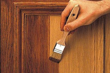 Påfør spritbeis med pensel, arbeid med små felt om gangen.