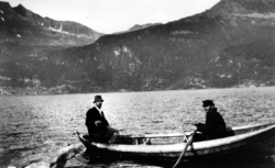 Schreiner og Skjelnes i båt