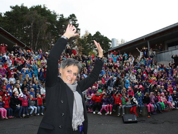 Skoleleder Kari S. Ødegård foran elevene ved Fagerlund skole.