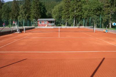 Bildet viser tennisbanen på Kippermoen idrettsanlegg