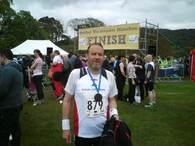 I mål. Koffertløperen var godt fornøyd etter å ha gjennomført Brathay Windermere Marathon på en anstendig måte.