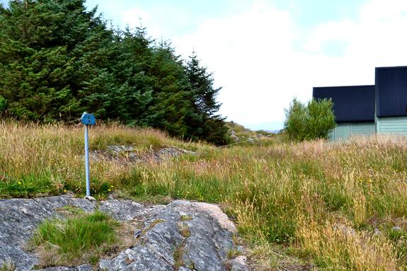 Inngang til løypa på austsida ved Stormark havn