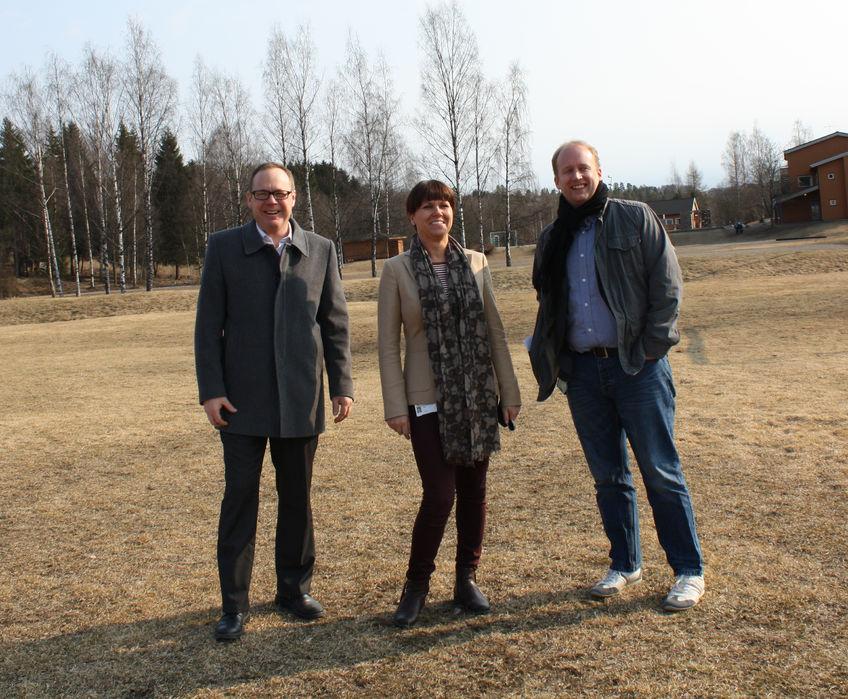 Jørn Strand, Hege Terese Granstrøm og Kjetil Wold Henriksen på tomta til det nye avlastningssenteret i Brumunddal.