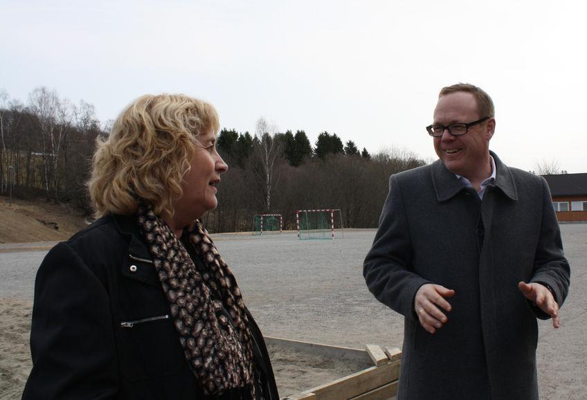 Rektor Tone Strømberg og rådmann Jørn Strand på Mørkved skole