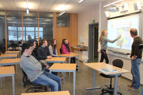 Hanna viser land i Midtøsten. Fra venstre: Ole, Preben Leander, Emil, Silje og Jenny. Lærer Kai til høyre.