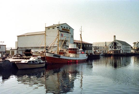 Fryseriet, fiskebåt og fabrikken