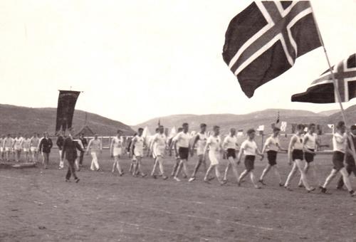 Defilering på Idrettsplassen under Nord Norsk friidrettsstevne i Hammerfest ca. 1925. Bilde: Stein's veterangruppe.