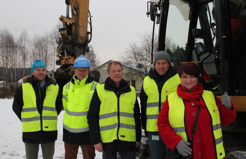 Fra venstre: Frank Holter, Anders Myhre, Steinar Ulven, Kjetil Wold Henriksen og ordfører Anita Ihle Steen
