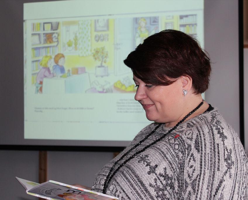 Ordfører Anita Ihle Steen satte starten på høytlesingsmaratonen ved biblioteket i Brumunddal.