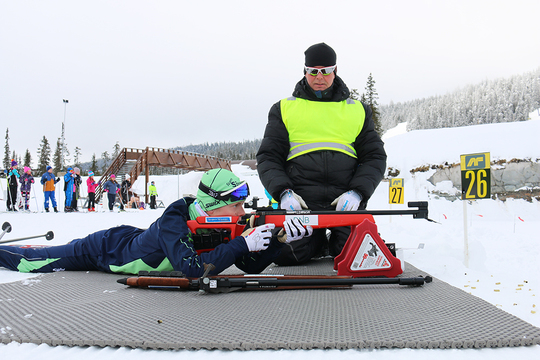 Petter Lunna fra Brøttum barne- og ungdomsskole testet skiskyting.