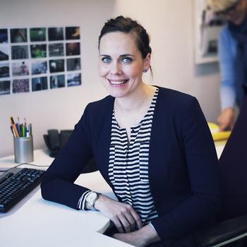 Kvinne ved kontorpult.