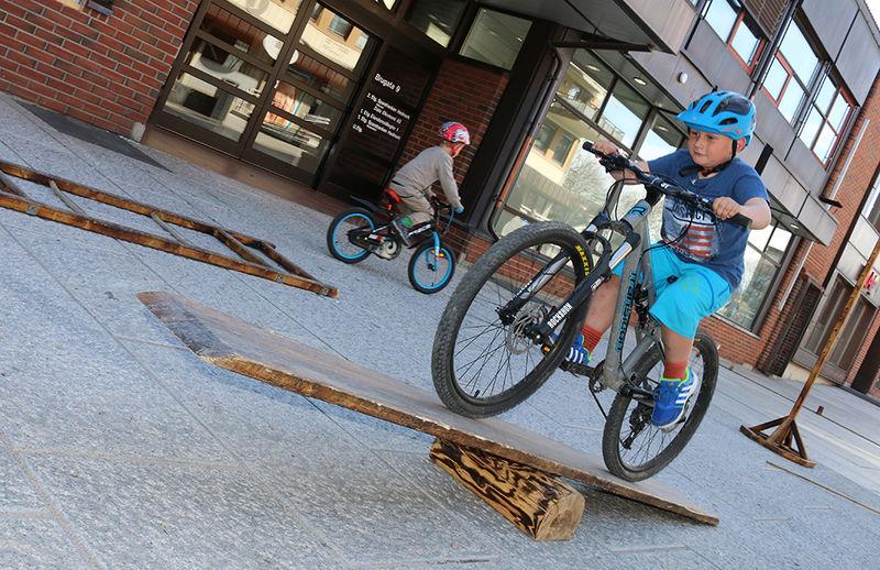 Gutt tester sykkelløype.
