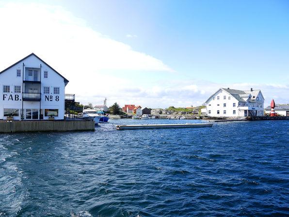 Fabrikk nr. 8 og Holmen ligg sentralt til i hamna på Fedje. Foto: Fedje kommune, 2016
