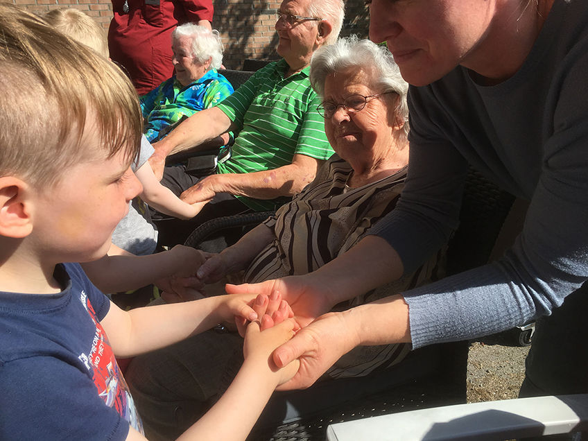Barn og eldre som synger sammen