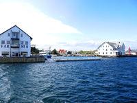 Fabrikk nr.8 og Holmen i hamna på Fedje. Foto: Fedje kommune, mai 2016.