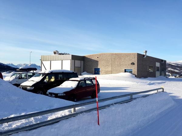 fasade-sider-med-porter-og-parkering.jpg