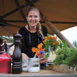 Kristina Svinvik stakk av med 1. plassen og laget et fantastisk utematmåltid med en rød tråd mellom alle retter. Rettene klang godt sammen. Kristina brukte lokale råvarer, ville vekster og urter fra Svinvika i sin kokkelering.