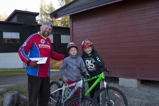 Isak og Patrick fra Hempa skole med Tor Gotaas fra Brumunddal sykkelklubb