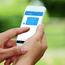 En dame som taster inn vannmålerstand på SMS