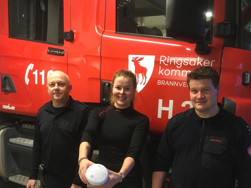 Brannmenn foran en brannbil