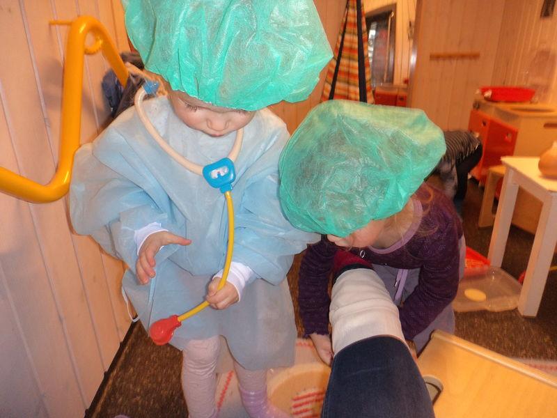 Småbarn leker sykehus