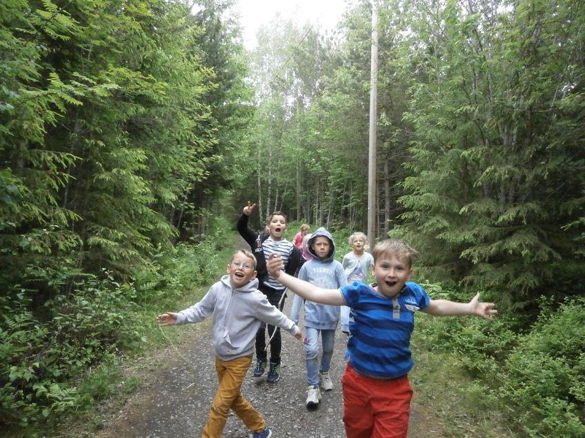Glade barn ute i skogen