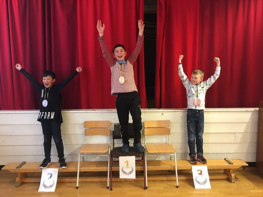 Barn som har vunnet konkurranse