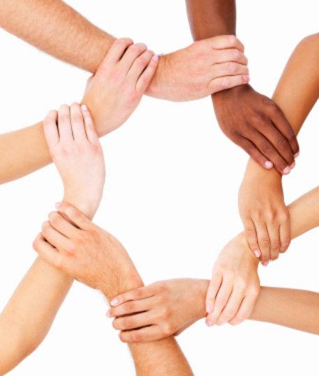 Åtte hender som holder hverandre
