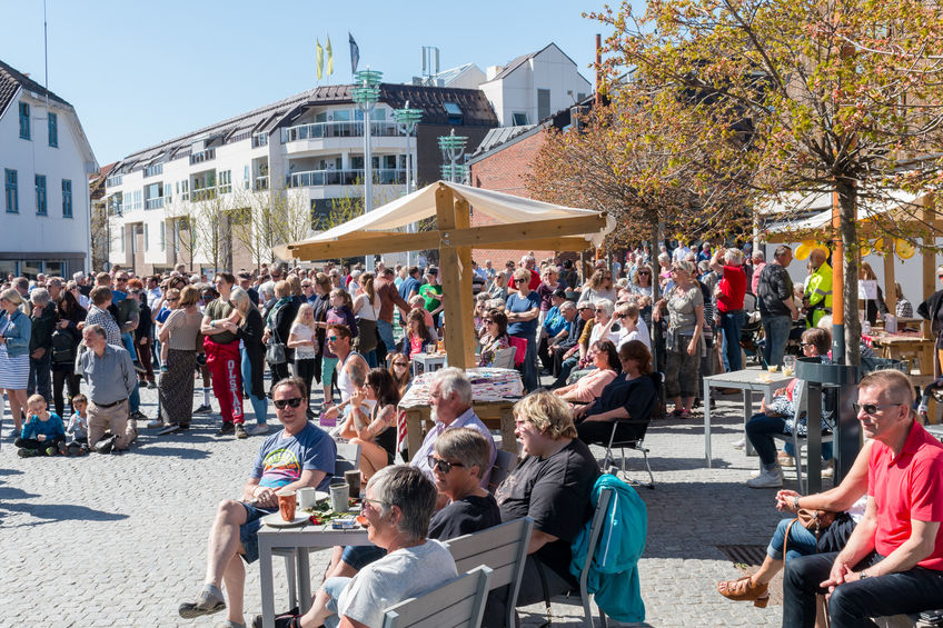 Folkeliv på torget i Brumunddal