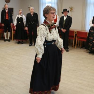 IMG_9061_Leikarringen_Noreg_Rosemalerstua_Bunadspresentasjon