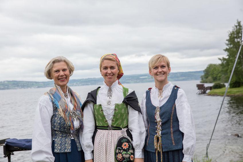 Bente Bodin, Vigdis Sandberg og Charlotte Holberg Sveinsen bød kongeparet på «smaken av Ringsaker».
