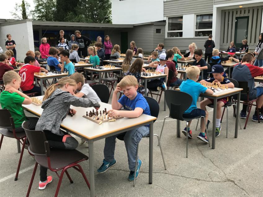 Mange ivrige sjakkspillere i skolegården