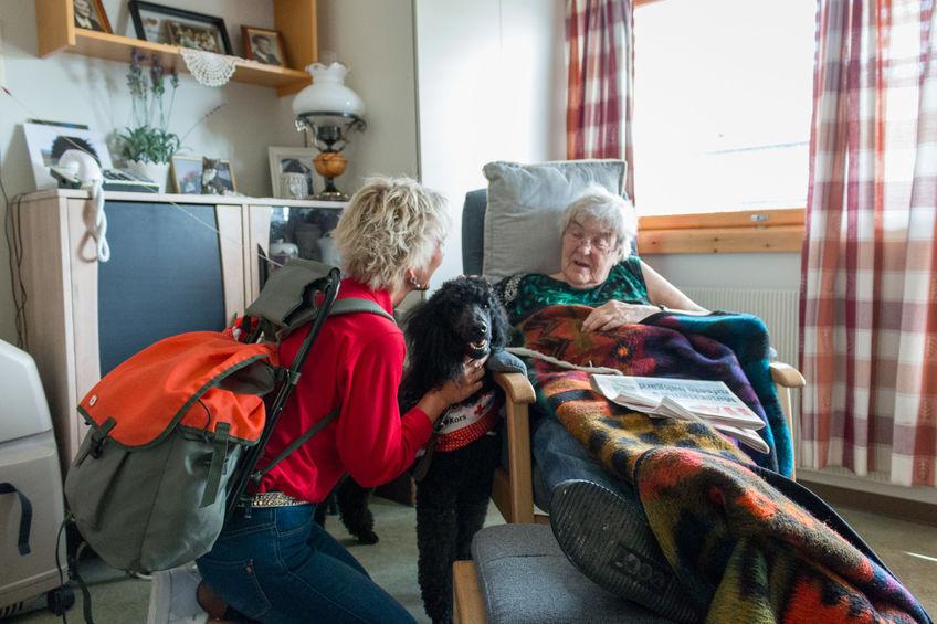 Borghild Elvsveen (94) blir glad av å få besøk
