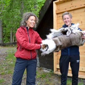 Overrekkelse av skinn for godt samarbeid - Ragnhild Godal Tunheim, leder i Norsk Vandrefestival, overrekker skinn til leder i Bøfjorden 4H, Benjamin S. Rønning.