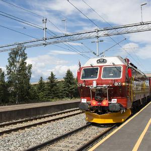Sommertoget ruller inn på Brumunddal stasjon