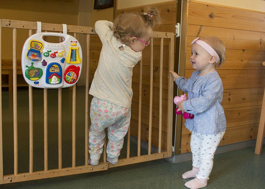 Barn leker i barnehagen.