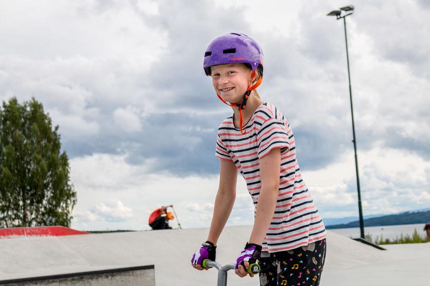 Jente på sparkesykkel