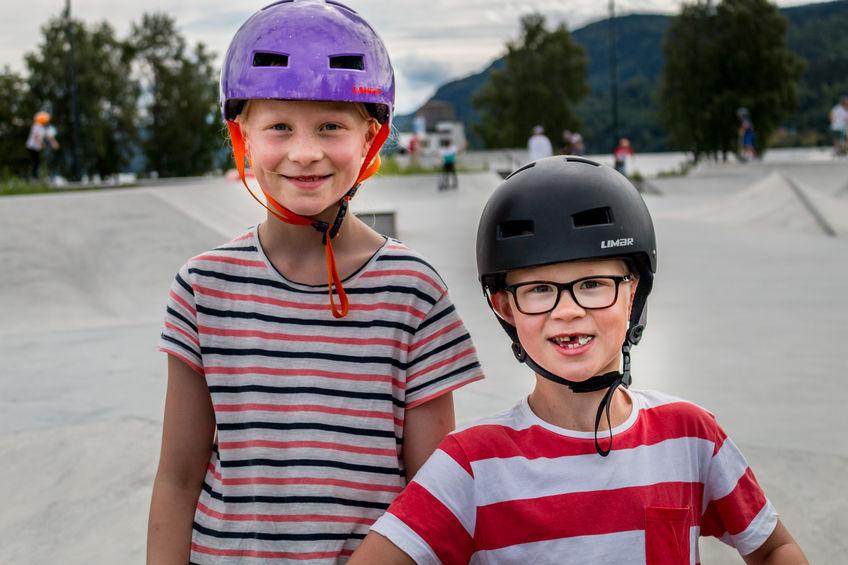 Bror og søster i skateparken