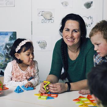Ansatt og barn i barnehagen.