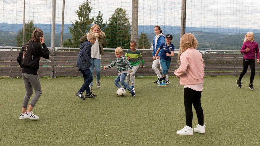 Elever sparker fotball.