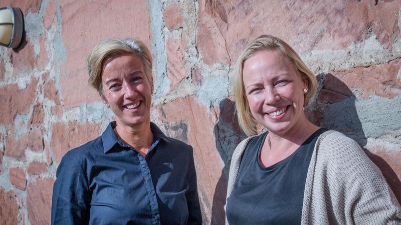 Jane O. Sørensen og Kristin Haugholt ved Familiens hus.