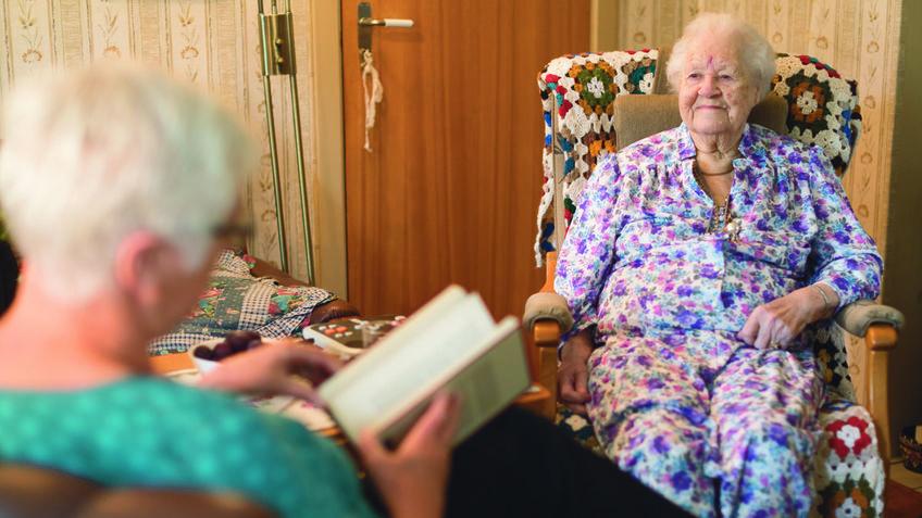 Leseombud leser for eldre dame.