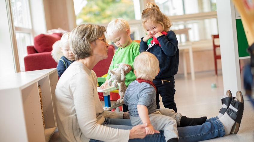 Unni Bakken, som er pedagogisk leder, tilbringer mye tid på gulvet sammen med barna