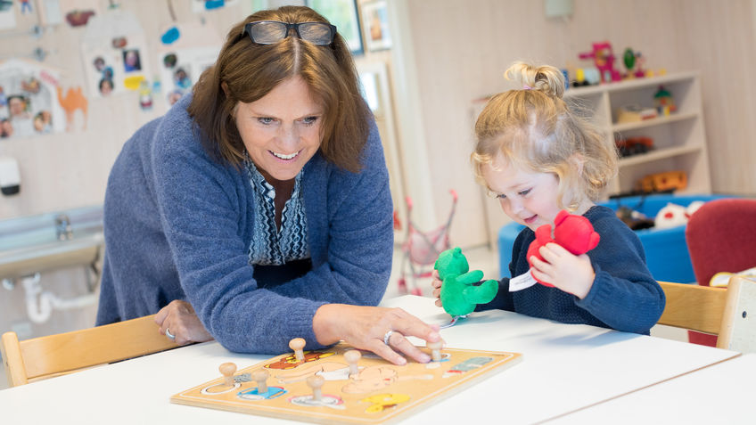 Barnehageleder Mette Linnerud pusler med Tara (2 år)