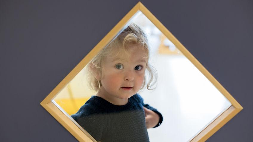 Titt-ei! Tara kikker inn på stellerommet – det er gøy å se inn gjennom vinduer i barnehøyde